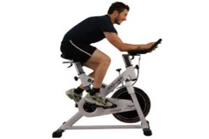 Homme sur vélo spinning
