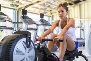 femmes pratiquant le rameur en salle de gym