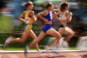 femmes courant sur piste athl